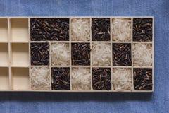 Tiro macro do close up seco preto e branco selvagem do arroz na calças de ganga Imagem de Stock