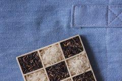 Tiro macro do close up seco preto e branco selvagem do arroz na calças de ganga Imagem de Stock Royalty Free