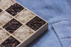 Tiro macro do close up seco preto e branco selvagem do arroz na calças de ganga Foto de Stock