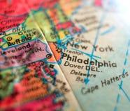 Tiro macro do foco da costa leste de Philadelphfia Pensilvânia EUA no mapa do globo para blogues do curso, meios sociais, bandeir fotografia de stock