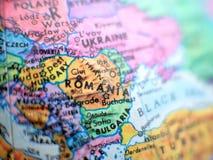 Tiro macro do foco de Romênia no mapa do globo para blogues do curso, meios sociais, bandeiras do Web site e fundos imagens de stock