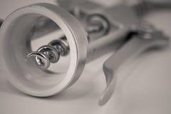 Tiro macro do monocrome detalhado de um corkscrew do metal imagens de stock royalty free