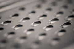 Tiro macro do monocrome detalhado de um ralador do queijo do metal foto de stock royalty free