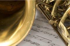 Tiro macro do saxofone do conteúdo na partitura Fotos de Stock Royalty Free