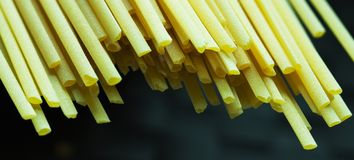 Tiro macro dos espaguetes no fundo escuro imagens de stock