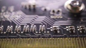 Tiro macro impreso del carro de la placa de circuito electrónica almacen de metraje de vídeo