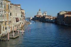Tiro maravilloso de Grand Canal del puente de Accademia con la iglesia del saludo del La en el fondo en Venecia Viaje, días de fi foto de archivo libre de regalías