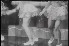 Tiro medio de los bailarines de sexo femenino que bailan en etapa almacen de metraje de vídeo