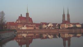 Tiro medio de Ostrow Tumski en Wroclaw almacen de video