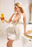 Tiro medio de un rubio comiendo cerveza Imagen de archivo libre de regalías
