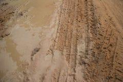 Tiro medio horizontal del camino fangoso de la selva con fango espumoso suave y la pista de vehículo fresca Fotografía de archivo