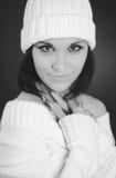 Tiro monocromático de la mujer caucásica con el sombrero blanco Imagen de archivo libre de regalías