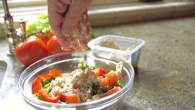 Tiro movente do movimento lento de Person Adding Cheese à salada video estoque