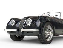 Tiro negro del coche del vintage en el fondo blanco - ascendente cercano del frente Fotos de archivo libres de regalías