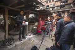 Tiro nepalese degli impiegati TV un rapporto circa i vasai da Bhaktapur immagine stock