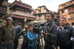 Tiro nepalese degli impiegati TV un rapporto circa i vasai da Bhaktapur fotografie stock