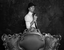 Tiro no estúdio Detetive Story Homem no chapéu Agente 007 fotografia de stock royalty free