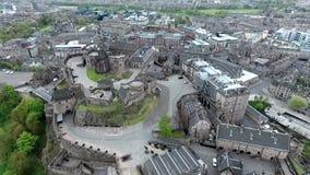 Tiro nublado de la antena del día de Castle Rock histórica de Escocia de la ciudad de Edimburgo metrajes