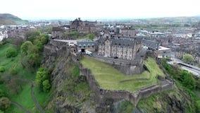 Tiro nublado de la antena del día de Castle Rock histórica de Escocia de la ciudad de Edimburgo almacen de metraje de vídeo