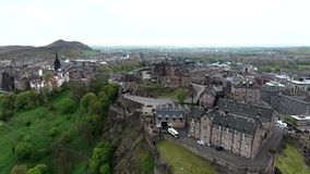 Tiro nublado de la antena del día de Castle Rock histórica de Escocia de la ciudad de Edimburgo almacen de video