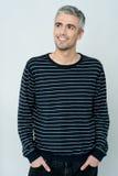 Tiro ocasional do modelo masculino relaxado de sorriso foto de stock royalty free