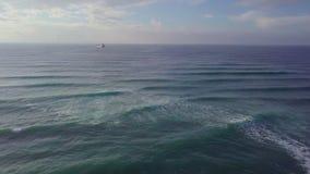 Tiro, ondas y viento ascendentes aéreos grandes del barco de mar almacen de metraje de vídeo
