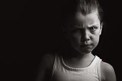 Tiro oscuro de un niño con actitud Fotos de archivo
