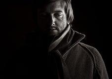 Tiro oscuro de un varón deprimido Foto de archivo