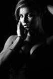 Tiro oscuro de una muchacha triguena hermosa Fotos de archivo libres de regalías