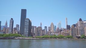 tiro paning 4k del horizonte del Midtown en New York City almacen de metraje de vídeo