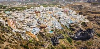 Tiro panorámico de casas y de chalets en el pueblo en el isla de Santorini Imagenes de archivo