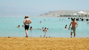 Tiro panorámico de la playa del mar muerto almacen de video