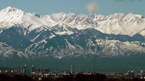 Tiro panor?mico de monta?as nevosas hermosas y ciudad de Almaty, Kazajist?n metrajes