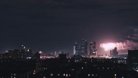 Tiro panorámico de Timelapse de Moscú en la noche durante los fuegos artificiales Panorama del centro de negocios de la ciudad de almacen de video