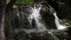 Tiro panorámico de una pequeña cascada en Krka río-Croacia, sourrounded con almacen de metraje de vídeo