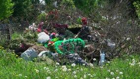 Tiro panorámico de una pila de basura con las guirnaldas y las flores metrajes