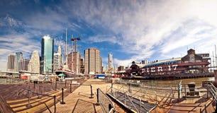 Tiro panorámico del embarcadero 17 en Nueva York foto de archivo libre de regalías