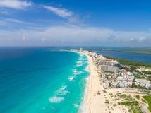 Tiro panorâmico aéreo do zangão da praia de Cancun Fotos de Stock Royalty Free