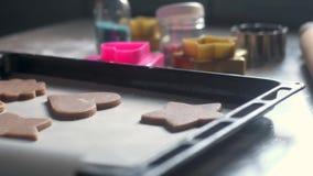 Tiro panorâmico de uma tabela com farinha e o biscoito amanteigado dado forma do chocolate vídeos de arquivo