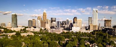 Tiro panorâmico longo da vista aérea de Charlotte North Carolina Downtown fotografia de stock royalty free
