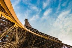 Tiro panorâmico surpreendente da torre Eiffel de baixo de mostrar a parte superior e um céu azul fotos de stock