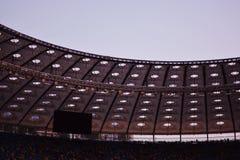 Tiro parcial de un estadio que exhibe el tejado, las filas que asientan y las sillas de un top grande del monitor fotos de archivo