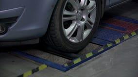 Tiro próximo do pneu de giro quando verificar a eficiência travar vídeos de arquivo