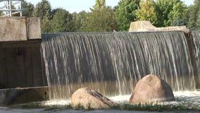 tiro próximo na cachoeira artificial bonita grande interna video estoque