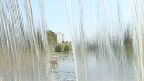 tiro próximo na cachoeira artificial bonita grande interna vídeos de arquivo