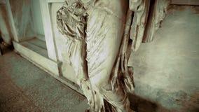Tiro preto e branco da estátua de pedra arruinada que está no suporte no palácio velho vídeos de arquivo