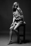 Tiro preto e branco da menina que senta-se na cadeira Foto de Stock