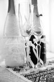Tiro preto e branco de vidros do casamento e de garrafas decoradas Imagens de Stock Royalty Free