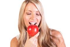 Tiro principal da mulher que mantém a maçã contra o fundo branco Fotos de Stock