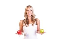 Tiro principal da mulher que mantém maçãs contra o fundo branco Fotos de Stock Royalty Free